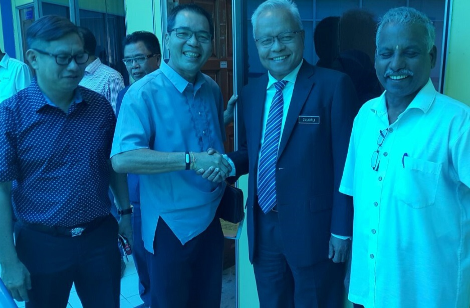 Second right - Zulkifli Yahya with MCA Labuan chief Datuk Chon Hon Vui after the briefing on the soon-to-be-implemented customs rule and policy on the outflow of Labuan-registered vehicles and new ruling on duty-free shops.