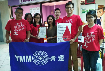 Aifei, third left, presenting a Certificate of Appreciation to the Management of Central Plaza.