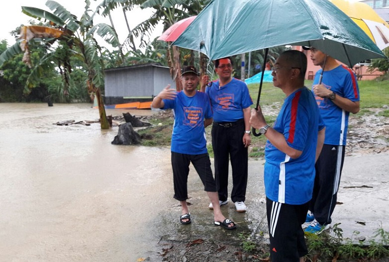 Rozman Isli and Mohd Zamri Mohd Esa visiting affected villages to see themselves the situation and for assistance to be channeled.