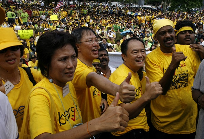 Supporters of ''Bersih'' (Clean) reform group gather in Johor Bahru, in the southern Malaysian state of Johor, April 28, 2012. Malaysians gather to show their support for opposition-backed reform group campaigning for free and fair elections. REUTERS/David Loh (MALAYSIA - Tags: POLITICS CIVIL UNREST) - RTR31BR3