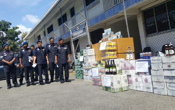 Supt Adzhar and senior marine police officers posing with the contraband that was seized on Friday.