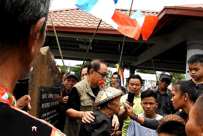 Jeffrey at the 'Batu Sumpah' even on Friday in Keningau, where he urged the BN government to deliver all its pledges.