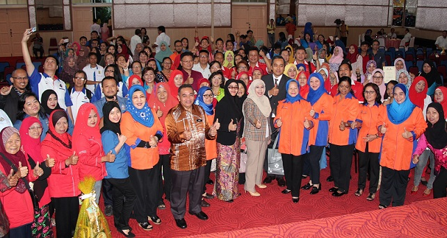 Jainab, front row, seventh from right, together with Amisah Yasin, head of the Sabah Consumers Squad, and her deputy, Aminah Ambrose, together with participants of the forum.