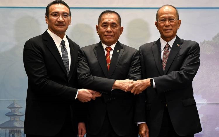 Hishamuddin, left, Indonesian Defense Minister Ryamizard Ryacudu and Philippine Defense Secretary Delfin Lorenzana will discuss the Sulu Sea security issue Wednesday.