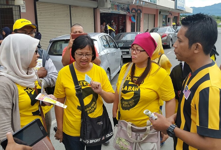 Maria Chin, second from left, talking to a police inspector, right, just before her arrest Saturday.