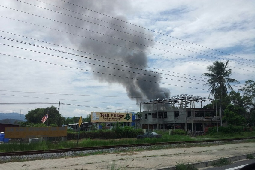 The fire at the kongsi as seen from the road.