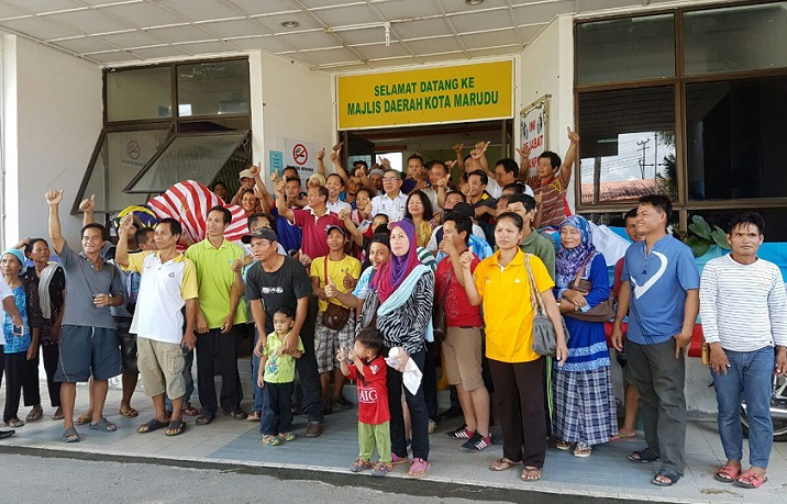 Dr Ongkili posed for a group photo with villagers from Kampung Sungoi Darat, Sungoi Laut, Mengaris 1 and Nalapak after chairing a meeting with SAFODA officials at the Kota Marudu Municipal Council office, Friday.