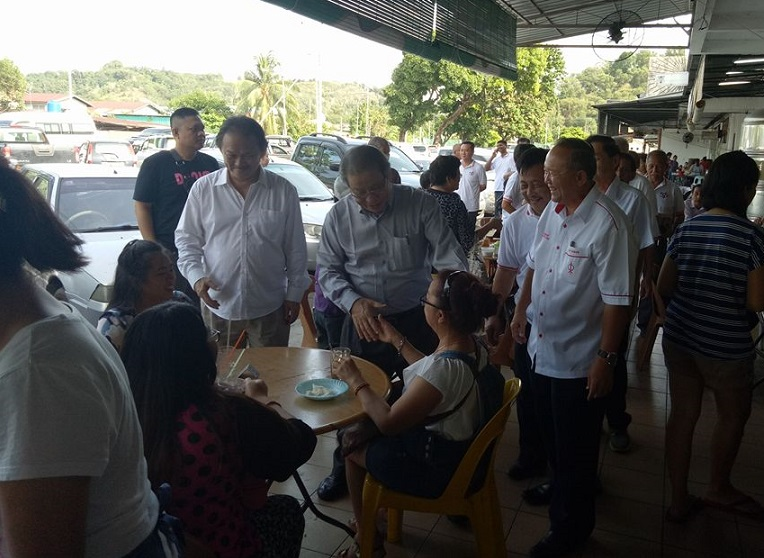 On their Sunday walkabout at the Kepayan low-cost area Kit Siang met up with Malaysians in Sabah having their breakfast and to greet them.- Photos courtesy of DAPzone Kapayan