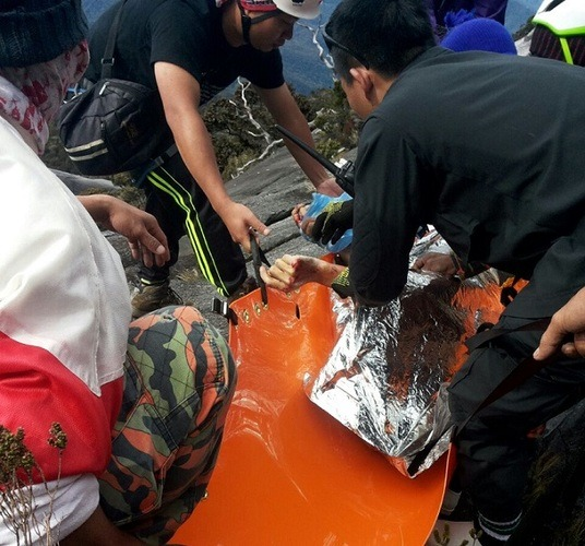 Rescuers from the MOSAR team preparing the remains of Woon to be taken down the mountain. - Photo courtesy of Bomba Ranau