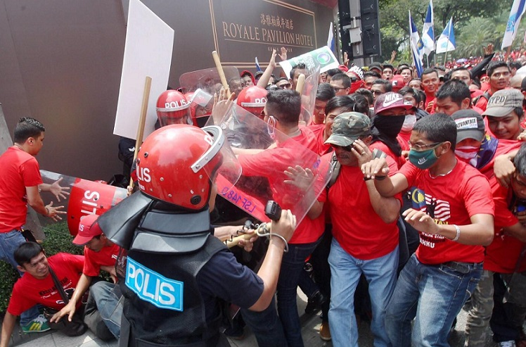 "The pro-Najib red shirts have a tendency for violence and they have often pledged trouble for the ""yellow shirts""."