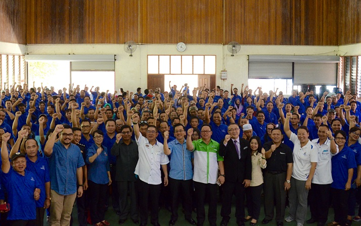 Dr Maximus, Arnold Joibi and others posing for photographs together with the JKKK chairmen after the minister officiated at the JKKK Leadership Seminar in Kota Marudu. – Photo credit Therenes Voo