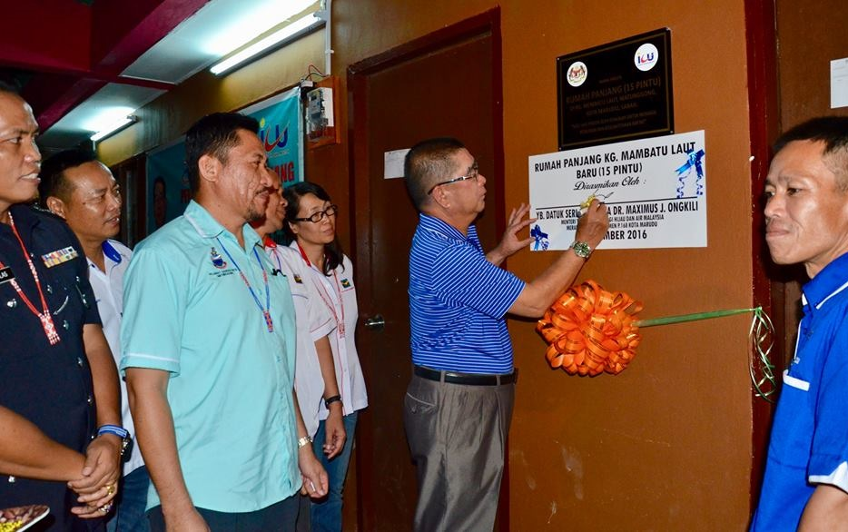 Dr. Maximus Ongkili signing the plaque on the newly-launched concrete longhouse of Kg Membatu Laut Baru witnessed by community leaders. – Photo credit Therenes Voo