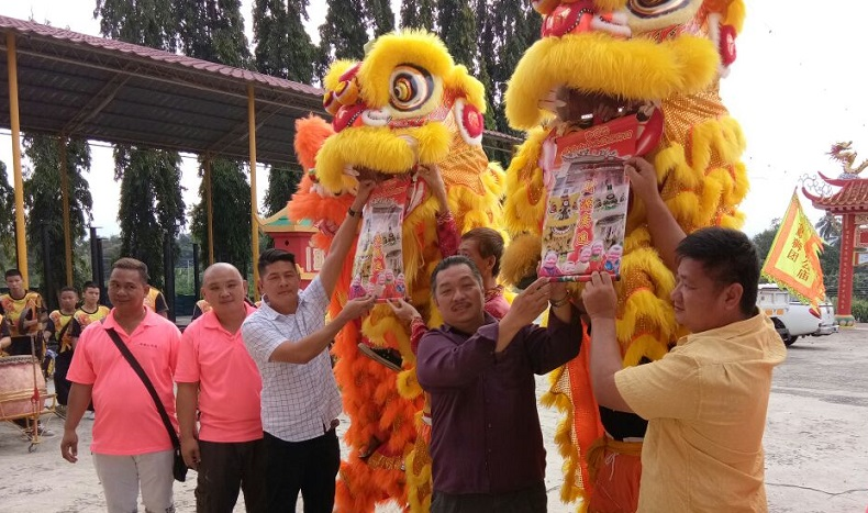 Bryan Chew (2nd right) and Mok (3rd left) with Kapitan Yong (3rd right) and  Chong (2nd left) with the lion's heads.
