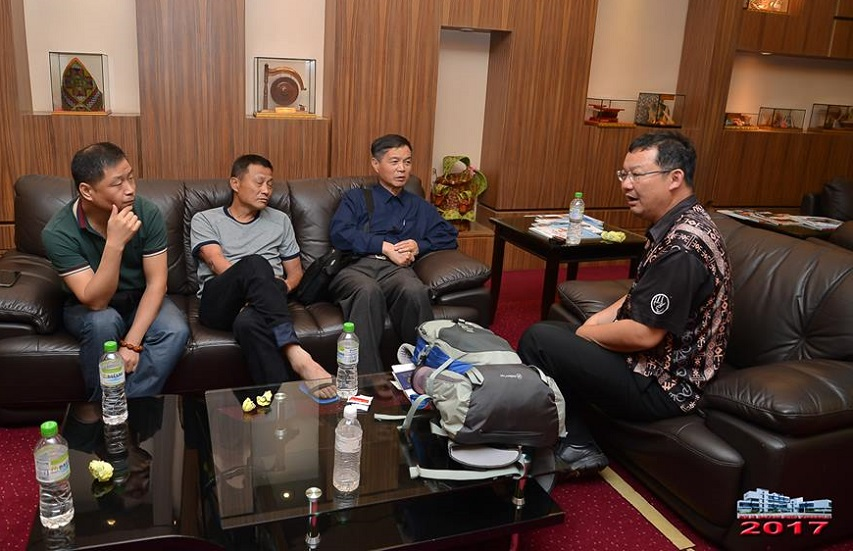 Pang Yuk Min, right, at the KKIA departure hall having a word with three of the surviving China tourists who departed Kota Kinabalu on Tuesday. - Photo credit PDRM Kota Kinabalu