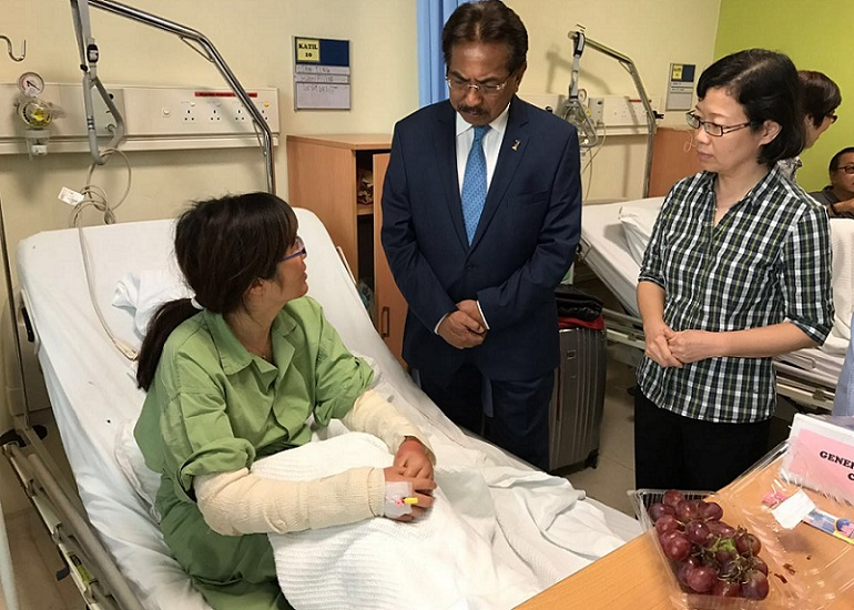 Musa having a word with one of the survivors at the Queen Elizabeth Hospital on Tuesday. Also present were China's Consul-General in Sabah, Chen Peiji.